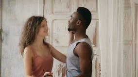 在跳舞早晨的睡衣的不同种族的夫妇 男人和妇女消费早晨在家一起 股票视频