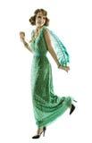 在跳舞时尚减速火箭的衣服饰物之小金属片的礼服的妇女羽毛走或 免版税库存照片