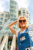 在跳舞议院前面的白肤金发的女孩 布拉格 免版税库存图片