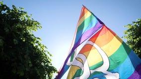 在跳舞LGBT女同性恋者和快乐性别旗子的慢动作的同性恋自豪日 股票视频