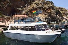 在跳船的小船在接近科帕卡巴纳,玻利维亚的喀喀湖 库存图片