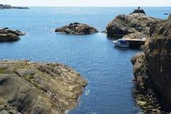 在跳船的小船由海运 免版税库存照片