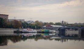 在跳船的游船在莫斯科,俄罗斯 库存照片