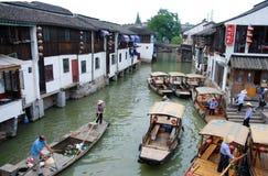 在跳船的观光的小船在运河在朱家角 免版税库存图片
