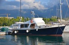 在跳船的马达游艇 免版税库存照片