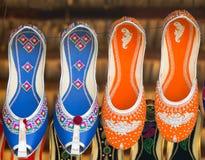 在跳蚤市场上的五颜六色的种族鞋子在印度 免版税库存图片