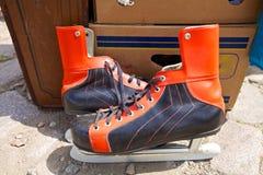 在跳蚤市场上的老冰鞋 库存照片