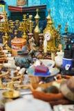 在跳蚤市场上的金黄时钟在巴黎 免版税库存照片