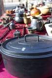 在跳蚤市场桌上的铁罐 库存照片