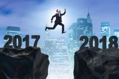 在跳跃从2017年到2018年的圣诞老人帽子的商人 免版税图库摄影