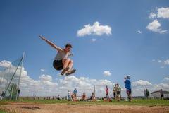 在跳远的竞争者 免版税库存照片