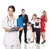 在身体检查中的家庭与年轻医生 库存图片