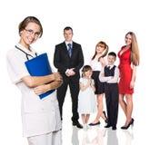 在身体检查中的家庭与年轻医生 库存照片