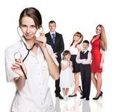 在身体检查中的家庭与年轻医生 免版税库存图片