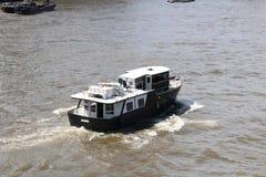 在身体水的小船船 库存照片