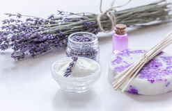 在身体的淡紫色草本关心与油的化妆用品在白色桌背景 免版税库存图片