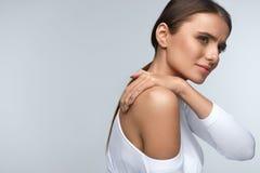 在身体的痛苦 在脖子和肩膀的美好的妇女感觉痛苦 免版税库存图片
