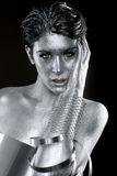 在身体被绘的模型的银色金属衣物 免版税图库摄影