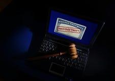 在身份窃取卡片的惊堂木 免版税库存照片