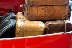 在车厢的老皮革手提箱 免版税库存图片