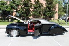在车展的老黑汽车 图库摄影