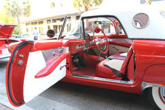 在车展的老Ford Thunderbird汽车 库存照片