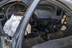 在车崩溃或汽车的介入的内部汽车与一个部署的驾驶杆气袋 免版税库存照片