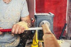 在车床木头的人工作 免版税库存照片
