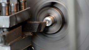 在车床的金属工艺 乏味孔,饰物末端和穿线 影视素材