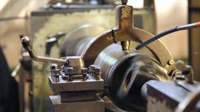 在车床的金属空白的加工的过程有切割工具的 股票录像
