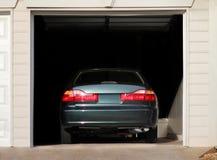 在车库停放的汽车 库存图片