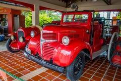 在车库停放的美丽的古色古香的红色救火车 库存照片