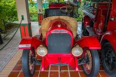 在车库停放的美丽的古色古香的红色救火车 图库摄影