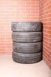 在车库存放的使用的轮胎 免版税库存照片
