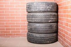 在车库存放的使用的轮胎 库存图片