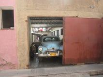 在车库的古板的古巴汽车 库存照片