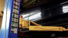 在车库的安全汽车推力电梯和安全图片和指示 股票录像