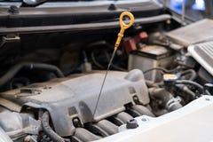 在车库的汽车 在汽车修理服务的车维护 Autom 免版税库存照片