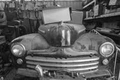 1948年在车库的福特小轿车 库存照片