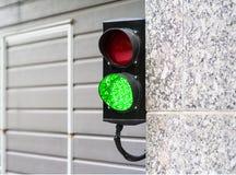 在车库的绿色和红色中止光 库存图片