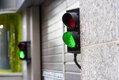 在车库的绿色和红色中止光 免版税图库摄影