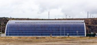 在车库谷仓屋顶的太阳电池板  葡萄牙 免版税图库摄影