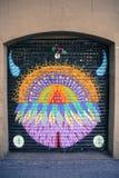 在车库门的五颜六色的都市艺术街道画 免版税库存图片