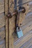 在车库门的锁 免版税库存照片