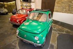 在车库,佛罗伦萨,意大利的老菲亚特500 免版税库存照片