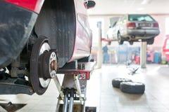 在车库-变速轮/轮胎里面 库存图片