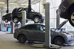 在车库Avtomir的四辆黑汽车 免版税库存图片