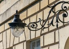 在车灯架的华丽锻铁灯在一个房子的门面在巴恩 库存照片