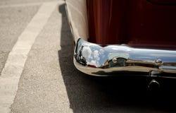 在车的经典之作的外部镀铬物细节的反射  免版税库存图片