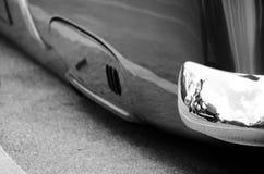 在车的经典之作的外部镀铬物细节的反射  免版税图库摄影